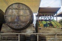 Wein in einem großen Fass lizenzfreie stockbilder