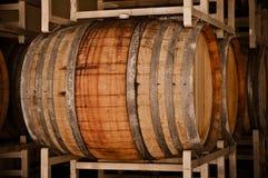 Wein-Fässer im Keller lizenzfreies stockfoto