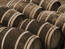 Wein-Fässer im Sepia Stockbild