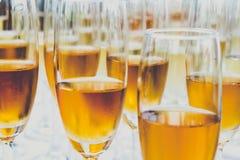 Wein für Glückwunschpartei Lizenzfreie Stockfotografie