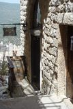 Wein-Fass in einer schmalen Straße in der alten Stadt von Safed stockfotos