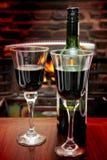 Wein am Feuer Stockfoto
