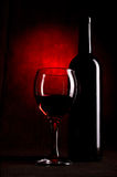 Wein-Flasche mit Gläsern Stockfoto