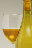 Wein-Flasche u. Glas Stockfoto