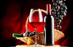 Wein Flasche und Glas Rotwein mit reifen Trauben stockfotografie