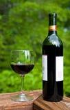 Wein-Flasche und Wein-Glas Stockfotos