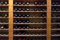 Wein-Flaschen auf Regal Stockbild