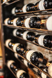Wein-Flaschen auf Regal Lizenzfreies Stockfoto