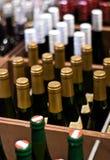 Wein-Flaschen in einem System Stockfoto