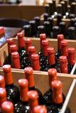 Wein-Flaschen in einem System Lizenzfreie Stockfotografie