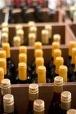 Wein-Flaschen in einem System Lizenzfreies Stockbild