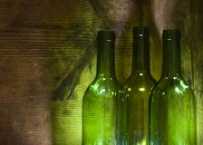 Wein-Flaschen im hölzernen Rahmen Lizenzfreies Stockfoto