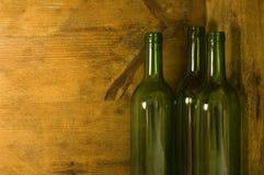 Wein-Flaschen im hölzernen Rahmen Lizenzfreie Stockfotos