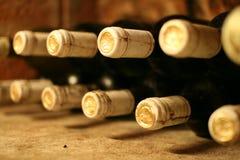Wein-Flaschen im Weinkeller Stockbild