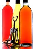 Wein-Flaschen u. Korkenzieher stockfoto