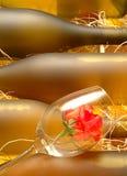 Wein-Flaschen u. Rose lizenzfreie stockfotografie