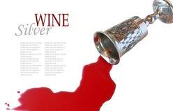 Wein gegossen aus einem silbernen Becher Lizenzfreie Stockbilder
