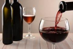 Wein gießen Stillleben Lizenzfreie Stockbilder