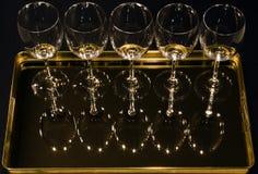Wein-Gläser auf Tellersegment Stockfoto