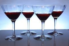 Wein-Gläser mit einem blauen Hintergrund Stockbilder