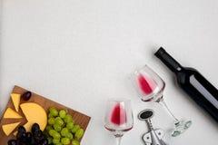 Wein, Gläser und Korkenzieher über weißem Hintergrund Beschneidungspfad eingeschlossen stockfoto