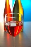 Wein-Glas u. 2 Flaschen stockfoto