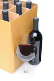 Wein-Glas und Flasche vor Kasten Stockfotos