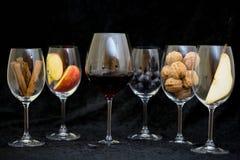Wein glases, aromatisches Fass, Zimt, schmeckend Lizenzfreie Stockbilder
