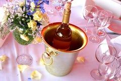 Wein innerhalb eines silbernen Eiseimers Lizenzfreie Stockfotografie