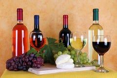 Wein, Käse und Trauben Lizenzfreies Stockfoto