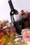 Wein, Kerzen. stieg und Geschenk stockfotografie