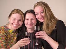 Wein mit drei Mädchengetränken Lizenzfreie Stockfotos