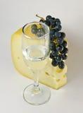 Wein mit einer Weintraube Stockfoto