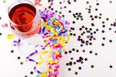 Wein mit Partybevorzugungen Lizenzfreie Stockfotos