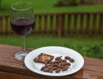 Wein mit Schokolade und Schokolade bedeckte Mandeln Lizenzfreies Stockbild