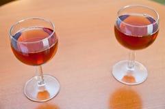 Wein mit zwei Gläsern auf einer Tabelle Lizenzfreie Stockfotografie