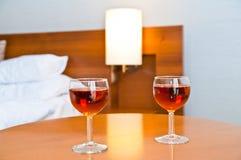 Wein mit zwei Gläsern zu trinken Lizenzfreies Stockbild
