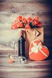 Wein, Rosen und Geschenk Stockfotos