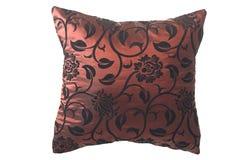 Wein-rotes silk Kissen mit schwarzen Verzierungen Lizenzfreies Stockbild