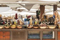 Wein, Schmieröl und Makkaroni für Verkauf auf einem Marktströmungsabriß stockfotografie