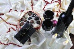 Wein-, Schokoladen- und Pralinedekoration lizenzfreie stockfotos