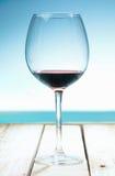 Wein am Strand lizenzfreie stockbilder