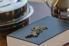 Wein und Brot für Kommunion nahe bei der Bibel und das Kreuz von Lizenzfreie Stockfotografie
