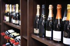 Wein- und Champagnerflaschen im Sprituosenladen Stockfotos