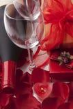 Wein und Geschenk lizenzfreie stockfotos