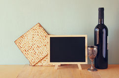 Wein und Matzoh (jüdisches Passahfestbrot) lokalisiert über Weiß Lizenzfreie Stockfotografie