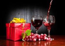 Wein und Rot vorhanden lizenzfreie stockfotos
