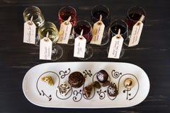 Wein und Schokoladen lizenzfreie stockfotos