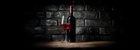 Wein und schwarze Wand Stockfotografie