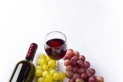 Wein und Traube, lokalisiert auf weißem Hintergrund Stockbild